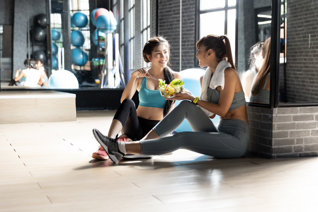women eating at the gym
